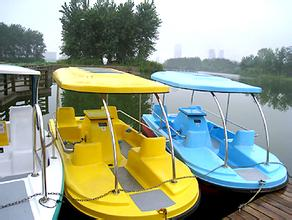 4人脚踏船